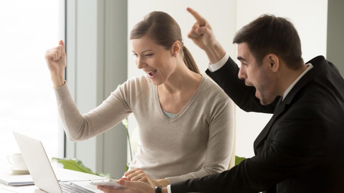 venda-de-infoprodutos-people-celebrating-online-business-success-scaled
